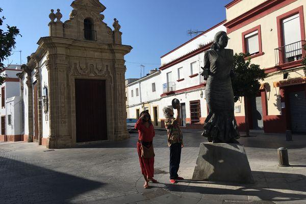 Paco El Lobo et sa fille Churi devant la statue de la Paquera de Jerez à la Plazuela.