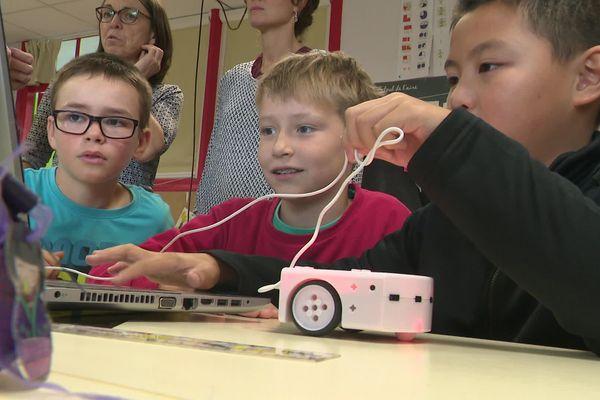 Les enfants de CM2 de l'école de la Courbe à Aytré apprennent à programmer un robot en anglais.