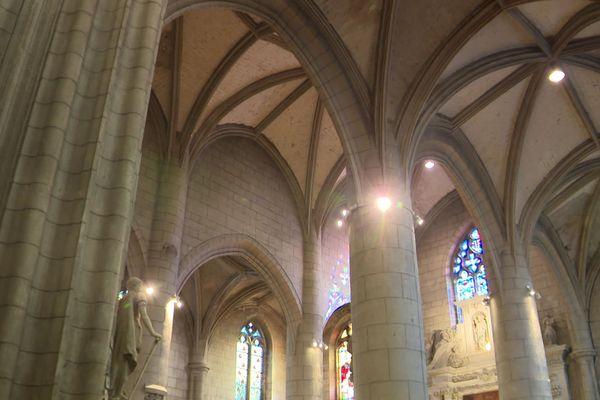 Les voûtes en croisées d'ogive de l'église de la nef de l'église St-André.