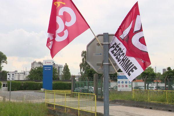 10 juin 2020 – Drapeaux  des syndicats à l'entrée de l'usine en grève de Tereos à Lillebonne (Seine-Maritime)