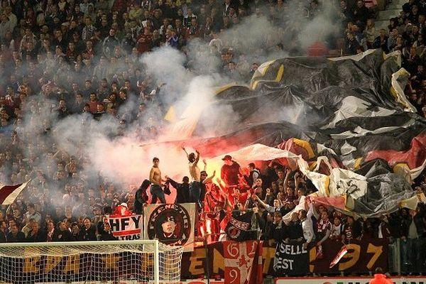 Sur cette photo du FC Metz, on voit clairement l'usage d'engins pyrotechniques.