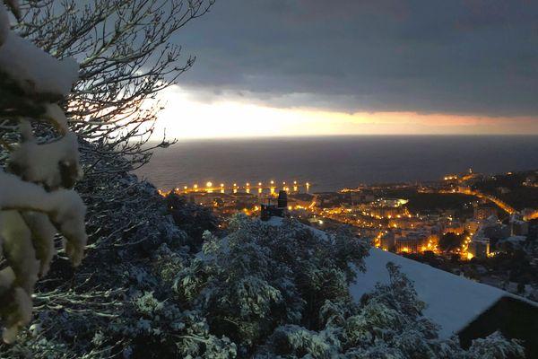 La neige est tombée sur la Corse cette nuit, comme ici à Bastia.