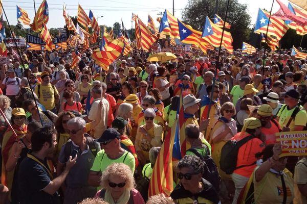 """""""La Catalogne, ce n'est pas l'Espagne"""" peut-on lire (en anglais) sur certaines pancartes."""