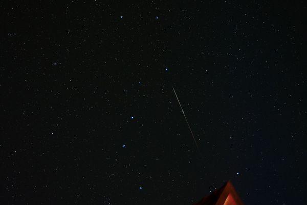 Photo d'une étoile filante sous la Grande Ourse prise en 2019 par l'association astronomique Nemesis.