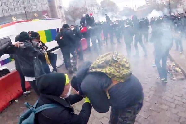 Le manifestant juste après avoir reçu la grenade lacrymogène, ce samedi à Paris