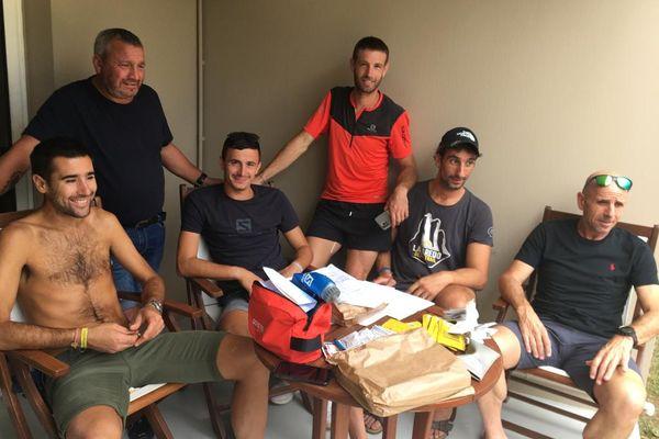 Lambert Santelli (à gauche), entouré de la délégation insulaire, à quelques heures du départ de l'épreuve.