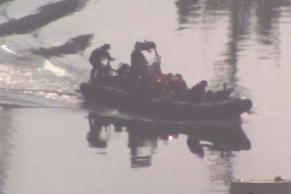 Les gardes-frontières britanniques ramenant les onze migrants interceptés au port de Douvres.