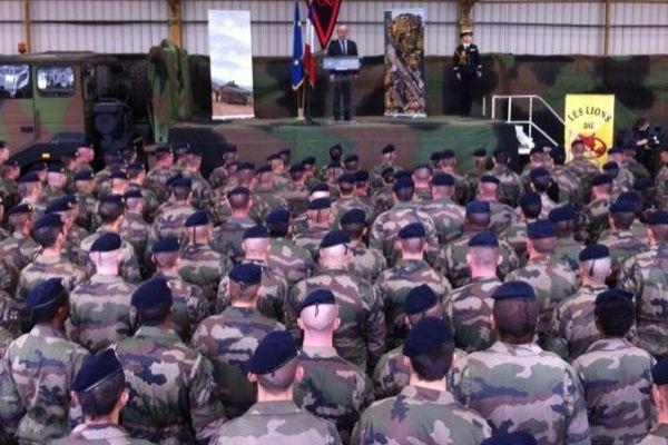 Le ministre de la défense, Jean-Yves le Drian devant les hommes du 152e RI de Colmar