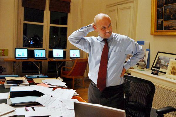 ARCHIVES. BLOIS 9 mars 2008. Municipales premier tour. A Blois, le maire sortant, Nicolas PERRUCHOT, depuis son bureau de la mairie, prend connaissance de son mauvais score qui rend peu probable sa reelection dimanche prochain.