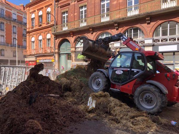 Bloqué par les gendarmes, les agriculteurs ont déversé leurs fumiers rue de Metz à Toulouse.