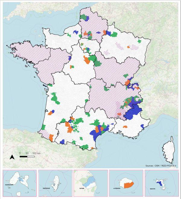 Mobicoop, novembre 2020 Les régions de covoiturage (hachures diagonales) Zones de mobilité solidaire (hachures horizontales)  Système d'autostop organisé (vert, orange et bleu)