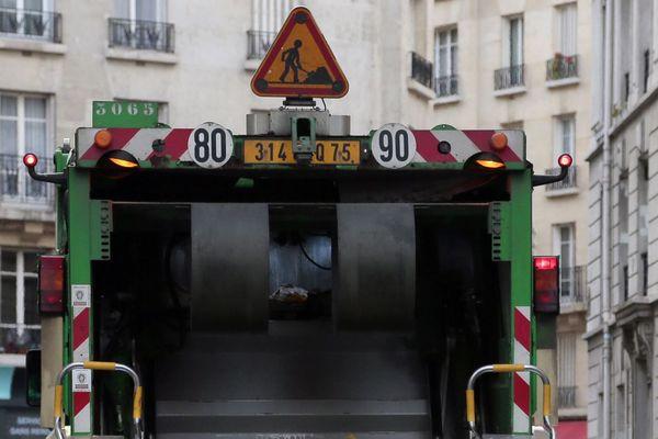 Un camion poubelle en train de collecter les ordures ménagères à Paris (illustration).