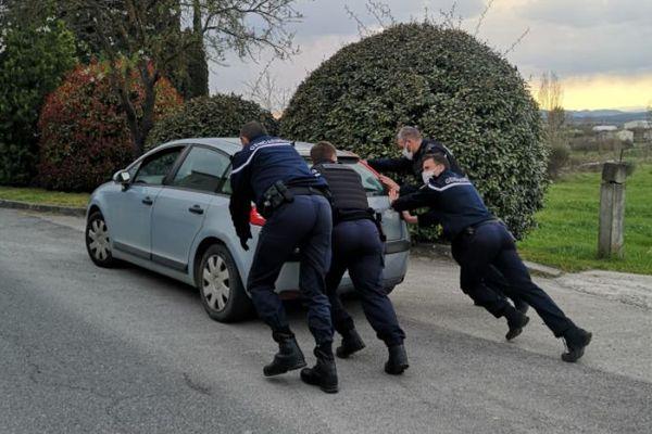 Saint-Jean-de-Maruejols (Gard) - les gendarmes aident un automobiliste à redémarrer après un excès de vitesse - 19 mars 2021.