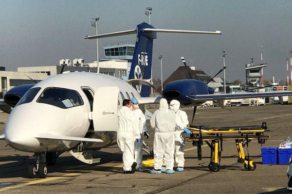 L'avion a transporté deux patients atteints du coronavirus depuis le Rhône-Alpes vers l'Alsace.