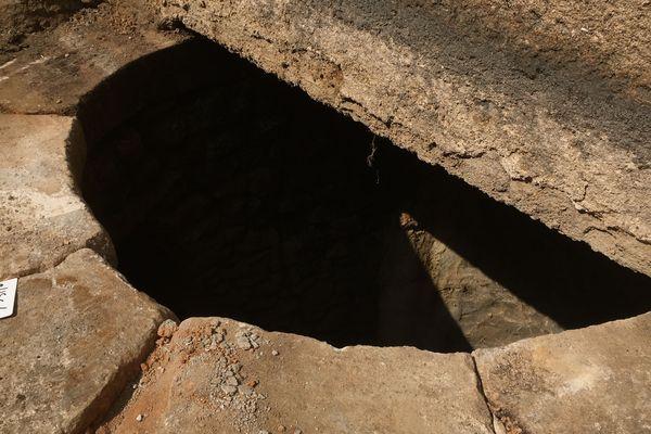 La margelle du puits telle qu'elle émerge du bâti actuel