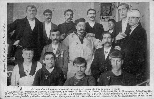 """Les treize mineurs """"escapés"""" de Courrières et leur médecin, le Dr Lourties."""