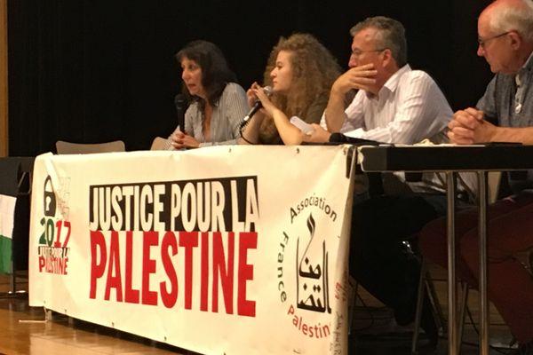 A la tribune avec son père Ahed Tamimi a parlé de la situation des enfants prisonniers en Palestine
