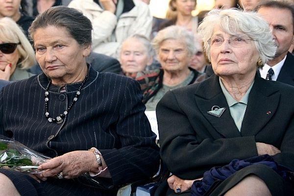 Denise Vernay et sa soeur Simone Veil (à gauche) en octobre 2007 lors d'une cérémonie en souvenir d'enfants juifs déportés par les nazis.