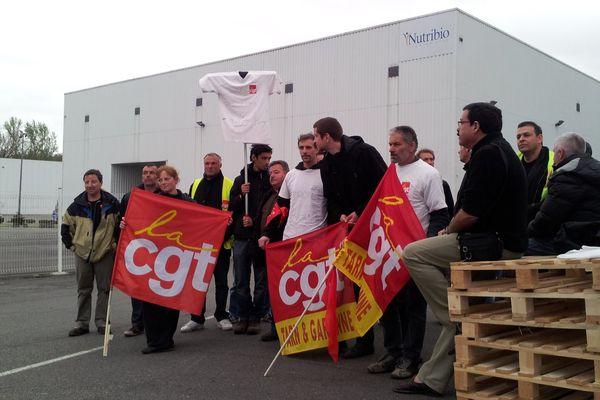 Le piquet de grève installé devant l'usine Nutribio de Montauban début avril