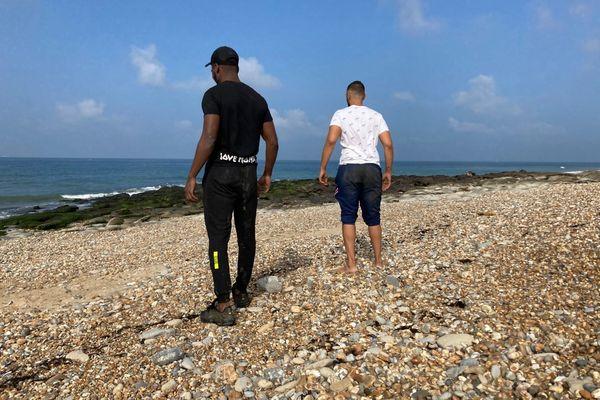 """Originaires de la région parisienne, Samy et Kais sont arrivés dans la nuit de mercredi à jeudi sur la côte d'Opale pour espérer trouver un """"pain"""" de cocaïne."""