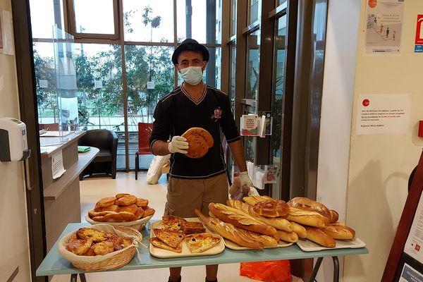 Distribution de pain cité universitaire Descartes