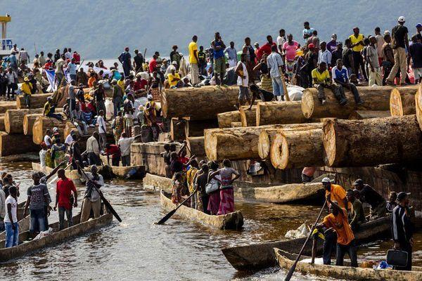 Fleuve Congo, Maluku. Un bateau chargé de rondins de bois et de passagers arrivede Kisangani. Février 2015© Pascal Maitre / Cosmos / National Geographic Magazine