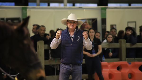 Andy Booth est l'un des pionniers de l'éthologie équine. Il partage ses connaissances scientifiques lors de nombreuses conférences et démonstrations sur le Salon du Cheval du Jumping.