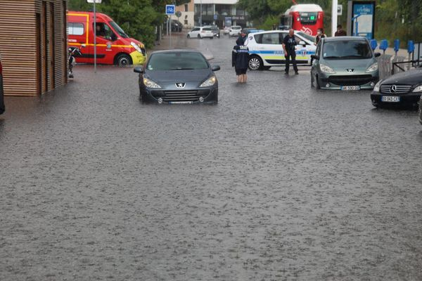 Aux abords de Cap 3000 à Saint Laurent du Var, l'eau est montée très rapidement