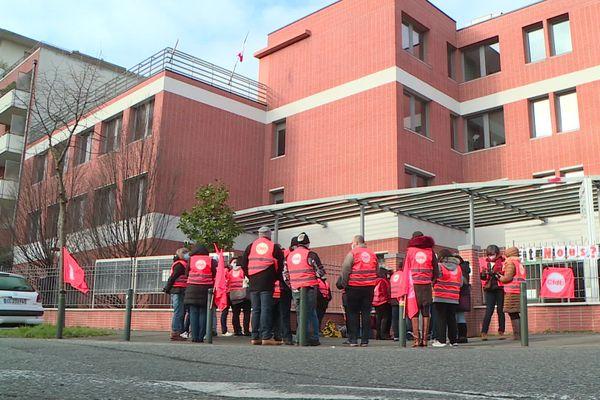 Rassemblement des salariés du secteur médico-social devant l'ARS à Toulouse. Ils dénoncent leur exclusion de la revalorisation des salaires du Ségur de la santé