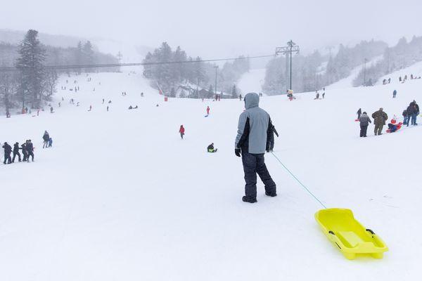 Très peu de ski à Super-Besse (Puy-de-Dôme) le week-end dernier, mais beaucoup de luges sur le bas des pistes. Une zone dédiée à la glisse a été aménagée.