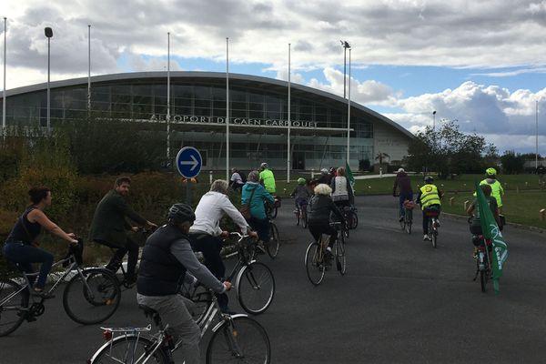 Une cinquantaine de militants de la vélorution ont manifesté contre le projet d'allongement de la piste d'aéroport Caen-Carpiquet ce samedi 3 octobre.