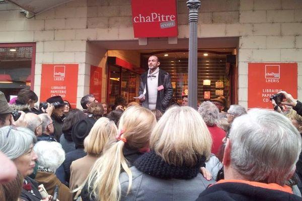 300 personnes sot venues soutenir la librairie et ses salariés.