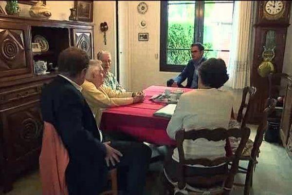 Autour de la table, Guy et Jeanine, leur fille, leur avocat Maitre Mouhou. Notre confrère de France 2 recueille leur témoignage