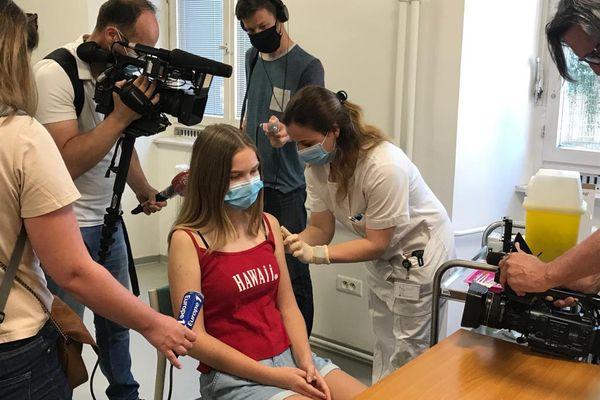 Les trois premiers adolescents alsaciens se sontfait vacciner contre le Covid-19 à Strasbourg le 15 juin devant les médias.
