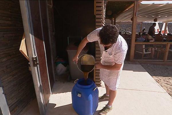 L'huile de friture est recyclée et récupérée par une association pour être transformée en bio-carburant.