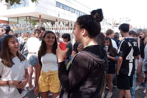 La joie des nouveaux bacheliers devant le lycée Kléber à Strasbourg.