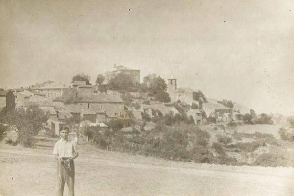 Robert Maestracci, dans ses jeunes années, devant le village d'Entrevennes dans les Alpes-de-Haute-Provence. Il habite encore aujourd'hui en plein cœur de cette commune d'une petite centaine d'habitants.