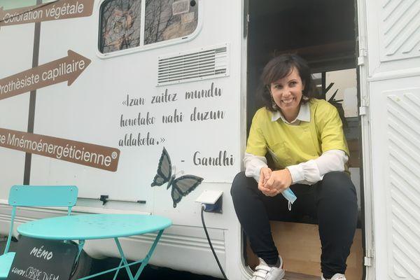 Dans son camion mobile, nommé « Pinpilin Pausa », elle arpente les petits villages du Pays Basque.