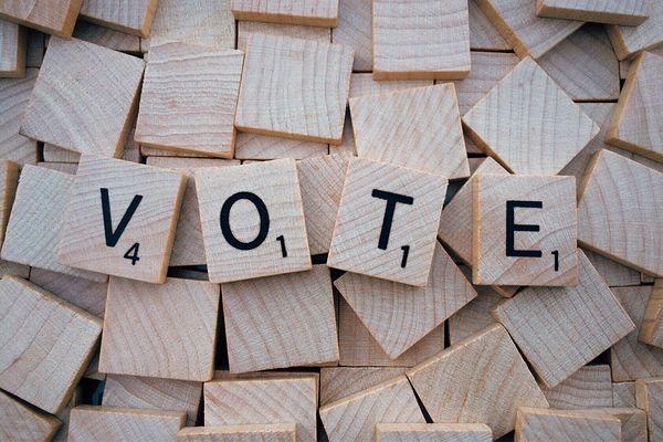 """Les lettres """"VOTE"""" en jetons de bois - Photo d'illustration"""