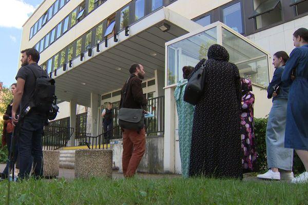 Une vingtaine de Tchétchènes rassemblés devant le commissariat de Dijon, où l'un des leurs est entendu le 18 juin 2020.
