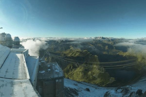 La neige a saupoudré le Pic du Midi, situé à 2877 mètres dans les Pyrénées, le samedi 31 juillet.