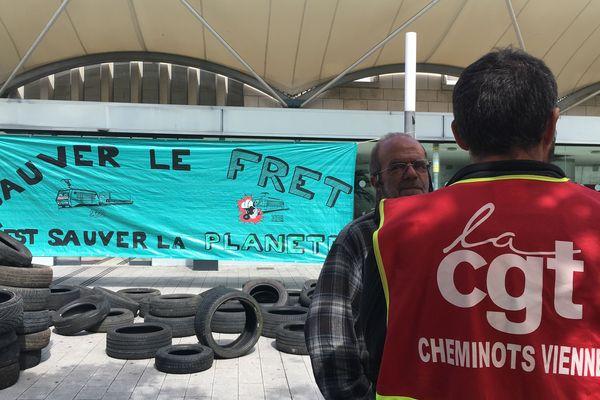 Des pneus ont été déposés sur le parvis de la gare SNCF de Poitiers jeudi matin pour alerter contre la pollution causée par les poids lourds.
