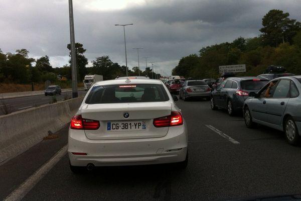 Sur l'A63 à la sortie de Bordeaux, le trafic est fortement ralenti ce samedi matin.
