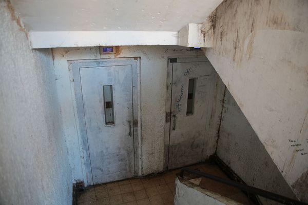 Lors de leur enquête, les journalistes sont également passés par des cages d'escalier insalubres.