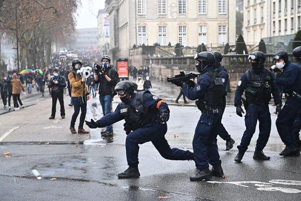 """Le 16 janvier 2021, la police en action devant la préfecture de Nantes s'apprête à interpeller un """"black block"""""""