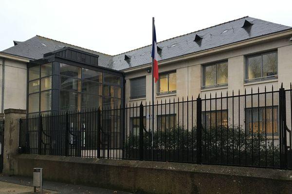 Pour les formalités à l'accueil de la sous-préfecture de Saint-Nazaire : repassez demain