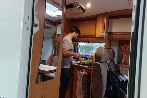 Le Dr Martial Jardel dans la cuisine de son camping-car