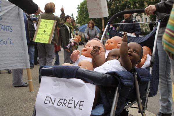 """Image de plusieurs bébés dans une poussette """"en grève"""" d'une manifestation contre la loi d'Accélération de simplification de l'Action Publique d'Adrien Taquet."""