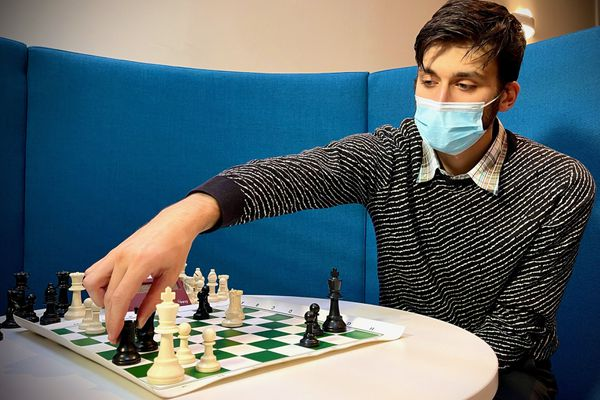 Réwi Budak en pleine partie d'échecs, mardi 8 décembre 2020.