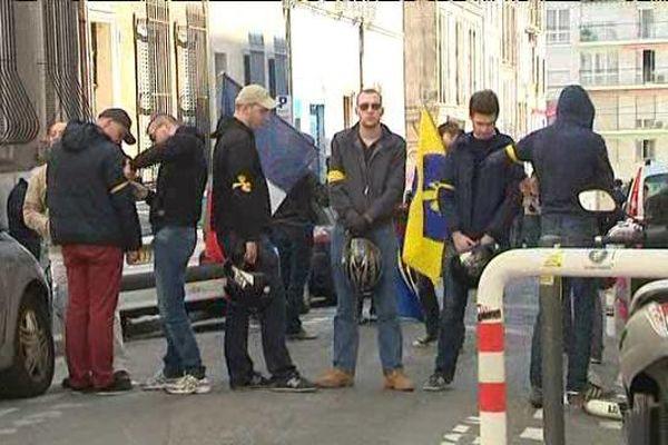 Les militants de l'AF devant leur local rue navarin à Marseille